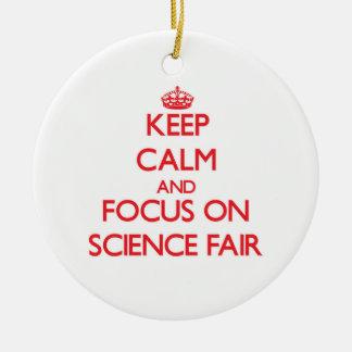Guarde la calma y el foco en feria de ciencia adorno navideño redondo de cerámica