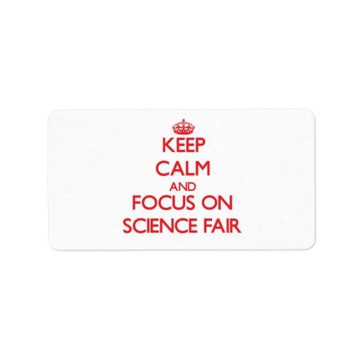 Guarde la calma y el foco en feria de ciencia etiquetas de dirección