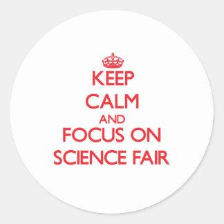 Guarde la calma y el foco en feria de ciencia pegatinas redondas