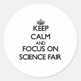 Guarde la calma y el foco en feria de ciencia etiqueta redonda