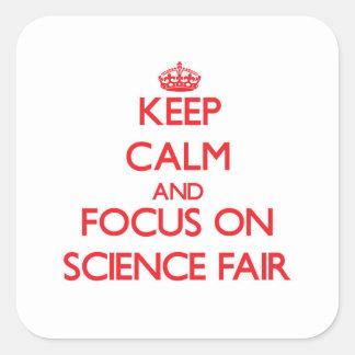 Guarde la calma y el foco en feria de ciencia calcomanía cuadrada personalizada