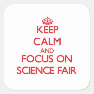 Guarde la calma y el foco en feria de ciencia calcomanía cuadrada