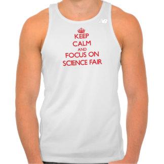 Guarde la calma y el foco en feria de ciencia camisetas