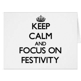 Guarde la calma y el foco en festividad felicitaciones
