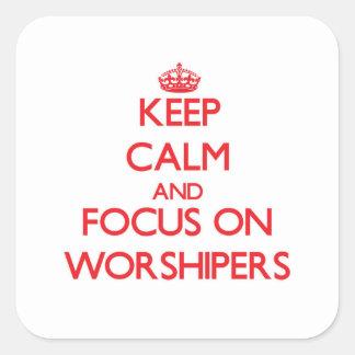 Guarde la calma y el foco en fieles pegatina cuadrada