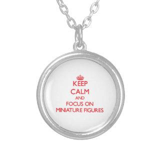Guarde la calma y el foco en figuras miniatura collar