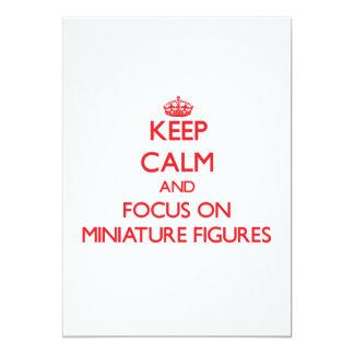 Guarde la calma y el foco en figuras miniatura invitación personalizada