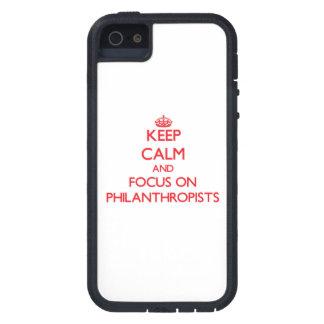 Guarde la calma y el foco en filántropos iPhone 5 carcasas