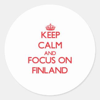 Guarde la calma y el foco en Finlandia Etiqueta Redonda