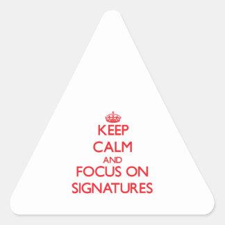 Guarde la calma y el foco en firmas calcomanía de triangulo