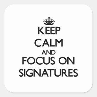 Guarde la calma y el foco en firmas calcomanía cuadrada