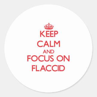 Guarde la calma y el foco en flácido etiquetas redondas
