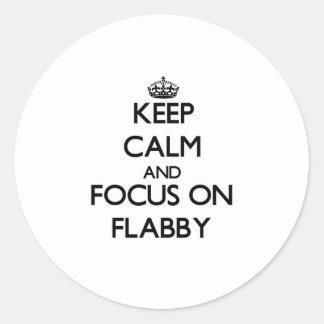 Guarde la calma y el foco en flácido pegatina redonda
