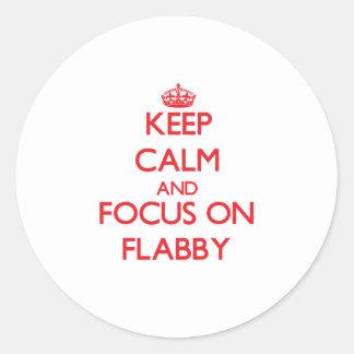 Guarde la calma y el foco en flácido pegatinas redondas