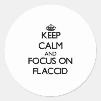 Guarde la calma y el foco en flácido etiqueta redonda