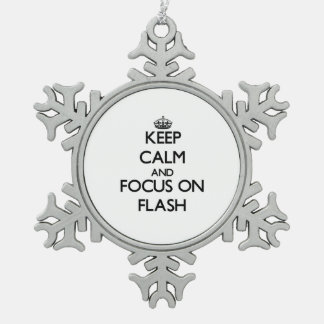 Guarde la calma y el foco en flash adorno de peltre en forma de copo de nieve