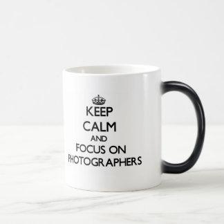 Guarde la calma y el foco en fotógrafos taza de café