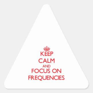 Guarde la calma y el foco en frecuencias calcomania triangulo personalizadas