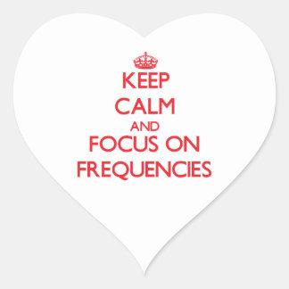 Guarde la calma y el foco en frecuencias pegatina en forma de corazón