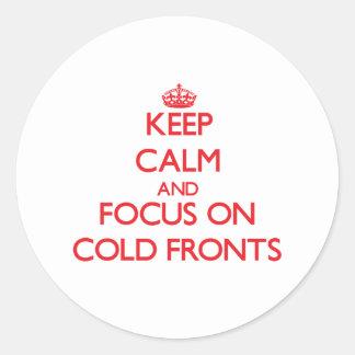 Guarde la calma y el foco en frentes fríos pegatina redonda