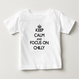 Guarde la calma y el foco en frío t shirts