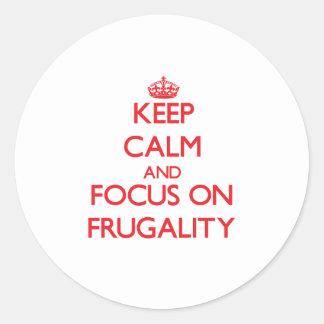 Guarde la calma y el foco en frugalidad pegatina redonda