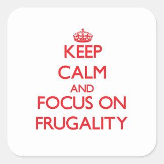 Guarde la calma y el foco en frugalidad pegatinas cuadradases personalizadas
