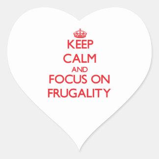 Guarde la calma y el foco en frugalidad calcomanía corazón