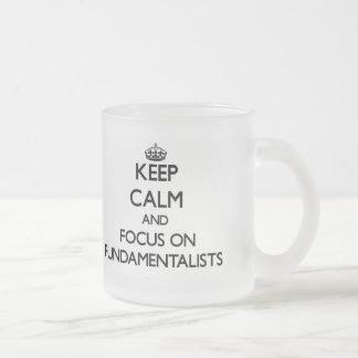 Guarde la calma y el foco en fundamentalistas taza