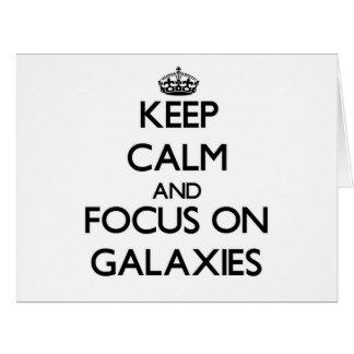 Guarde la calma y el foco en galaxias tarjeta de felicitación grande