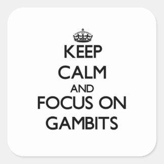 Guarde la calma y el foco en gambitos pegatina cuadrada