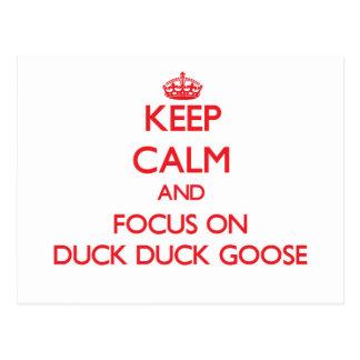 Guarde la calma y el foco en ganso del pato del postal