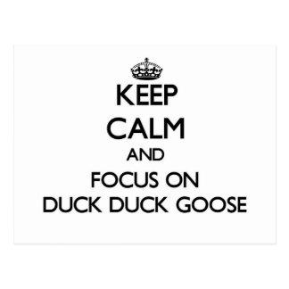 Guarde la calma y el foco en ganso del pato del tarjeta postal