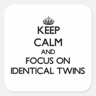Guarde la calma y el foco en gemelos idénticos pegatina cuadrada