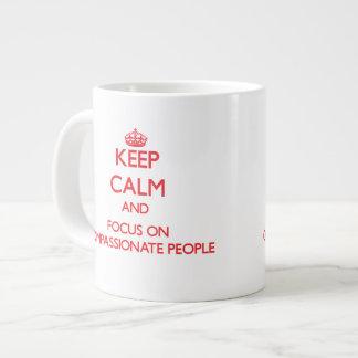 Guarde la calma y el foco en gente compasiva taza extra grande