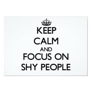 Guarde la calma y el foco en gente tímida invitaciones personales