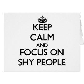 Guarde la calma y el foco en gente tímida tarjetón