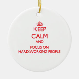 Guarde la calma y el foco en gente trabajadora ornamentos de reyes magos