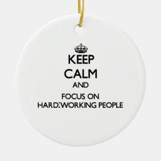 Guarde la calma y el foco en gente trabajadora adornos