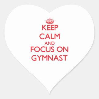 Guarde la calma y el foco en gimnasta pegatina en forma de corazón