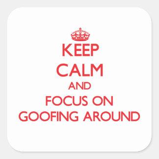 Guarde la calma y el foco en Goofing alrededor Pegatina Cuadrada