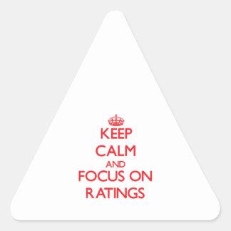 Guarde la calma y el foco en grados pegatina triangular