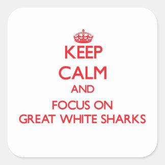 Guarde la calma y el foco en grandes tiburones pegatinas cuadradases
