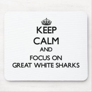 Guarde la calma y el foco en grandes tiburones alfombrilla de ratón