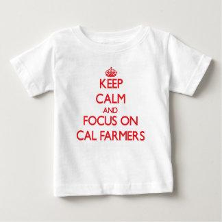 Guarde la calma y el foco en granjeros de la playera