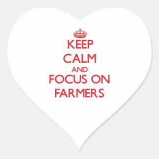 Guarde la calma y el foco en granjeros calcomanía corazón