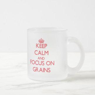 Guarde la calma y el foco en granos tazas de café