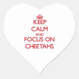 Guarde la calma y el foco en guepardos pegatina en forma de corazón