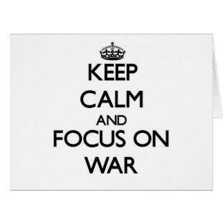 Guarde la calma y el foco en guerra tarjeta de felicitación grande