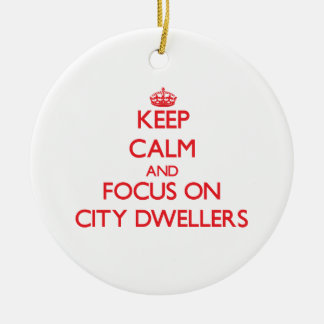 Guarde la calma y el foco en habitantes de ciudad ornamento para reyes magos